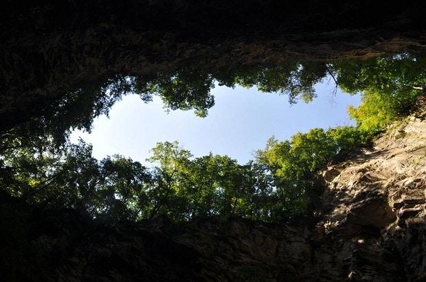 Pohled z Hranické propasti od jezírka.
