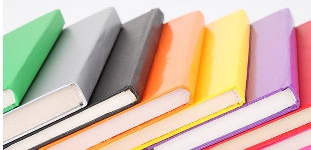 Barevní knihy si získají vaši pozornost.