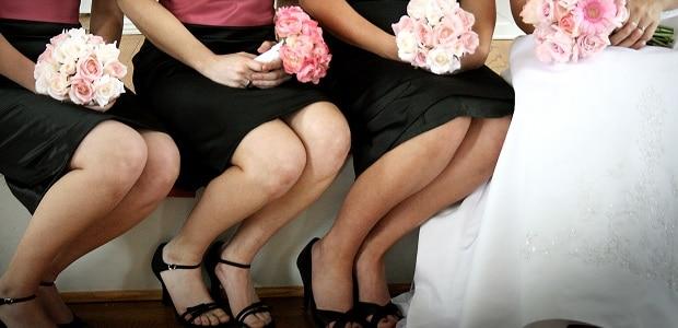 Černé šaty stále častěji oblékají také družičky.