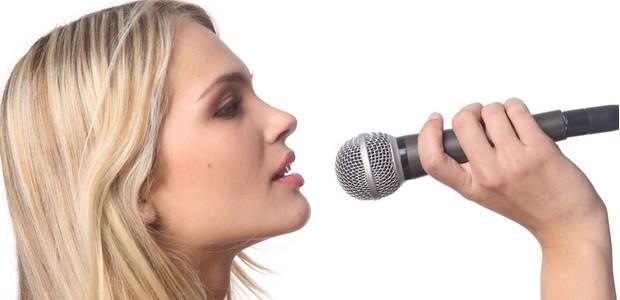 Moderátoři, hlasatelé, ale také zpěvací potřebují pravidelný jazykový trénink.