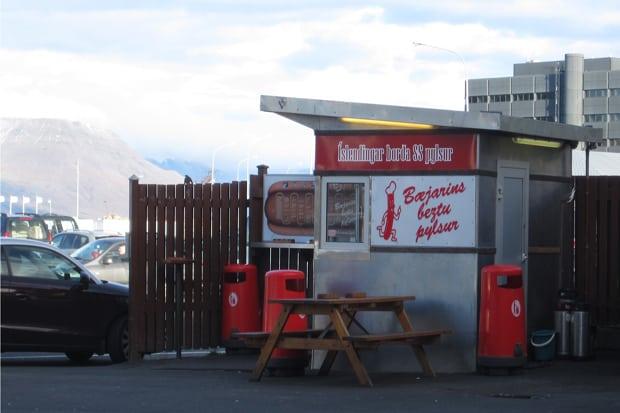 Stánek s nejlepšími hot dogy v Evropě v Reykjavíku? Kdo by to byl řekl!