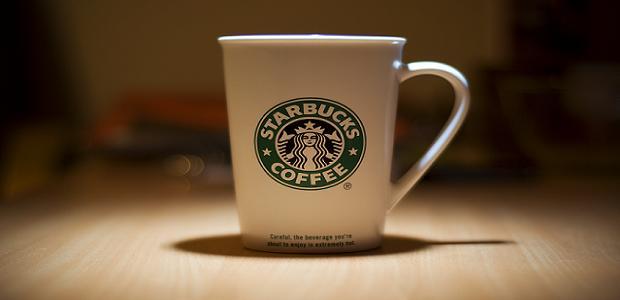 Starbucks hrníček s logem.