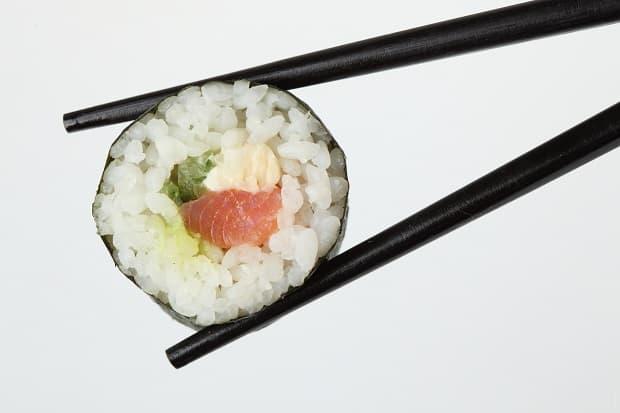 Sushi je oblíbený pokrm z rýže a ryb.