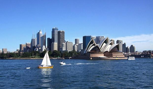 Krásné pláže, budova Opery a moderní výškové budovy. To je australské Sydney.