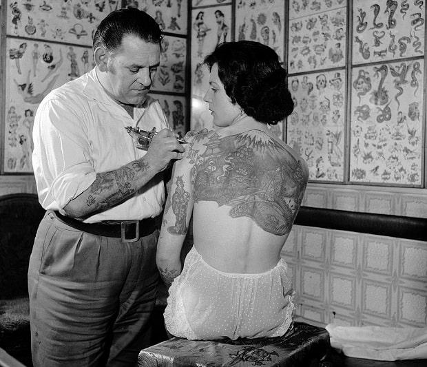 Tetování v polovině 20. století.