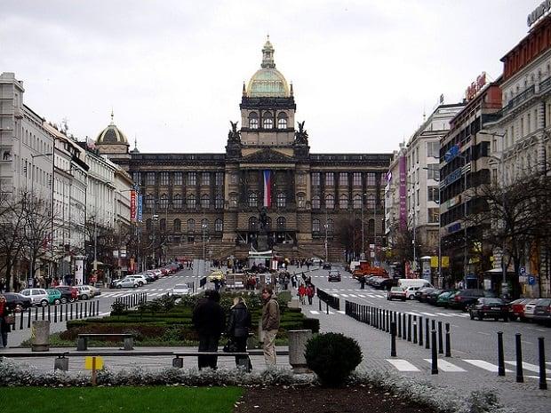 Na první pohled působí Václavské náměstí vcelku nevinně.