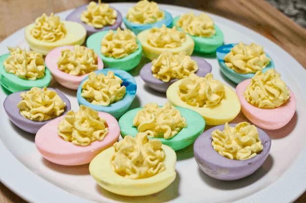 Plněná barevná vajíčka.