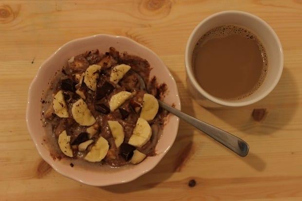 Pohanková kaše s banánem a hořkou čokoládou a káva se sójovým mlékem.