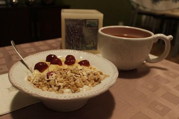Sójový jogurt s ovocem, ovesnými vločkami a müsli. Jogurtová krize byla překonána.