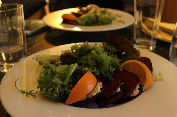 Raw ravioli z červené řepy s ricottou a salátkem byly naprosto skvělé.